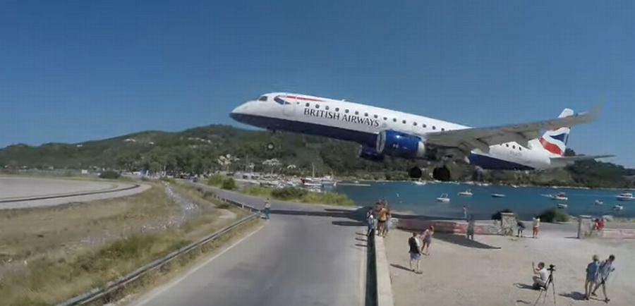 Do sieci trafiło przerażające nagranie z greckiej wyspy. Samolot ląduje tuż nad głowami ludzi, którzy ryzykują życie, aby zrobić unikalne zdjęcie