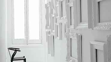 Kompozycja z dekoracyjnych ram na ścianie