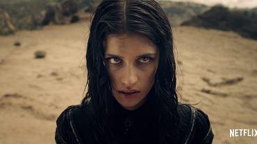 Anya Chalotra jako czarodziejka Yennefer z Vengerbergu w serialu Netfliksa.