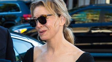Renee Zellweger przyszła na imprezę w ciemnych okularach maskujących twarz. Niestety, kiedy je zdjęła, zobaczyliśmy jej twarz. Aktorka wciąż nie wygląda dobrze.