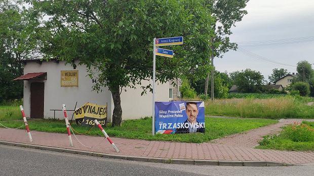 Rafał Trzaskowski w Baranowie częściej pojawia się na plakatach wyborczych niż Andrzej Duda.