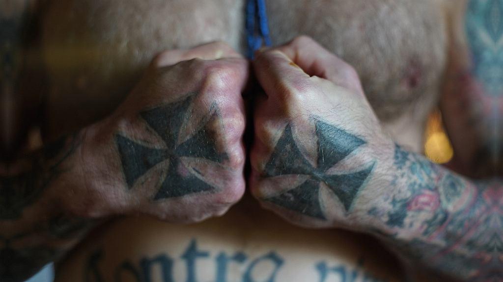 Tatuaże na pięściach Piotra Mudyna (fot. materiały promocyjne)