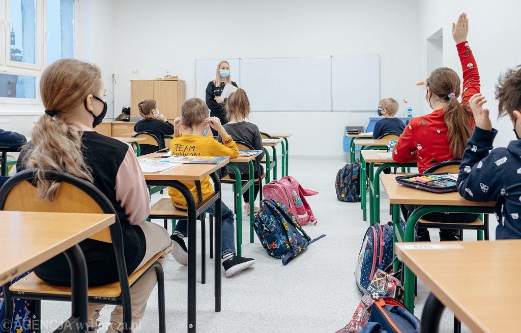 Lekcja w szkole podstawowej (zdjęcie ilustracyjne)