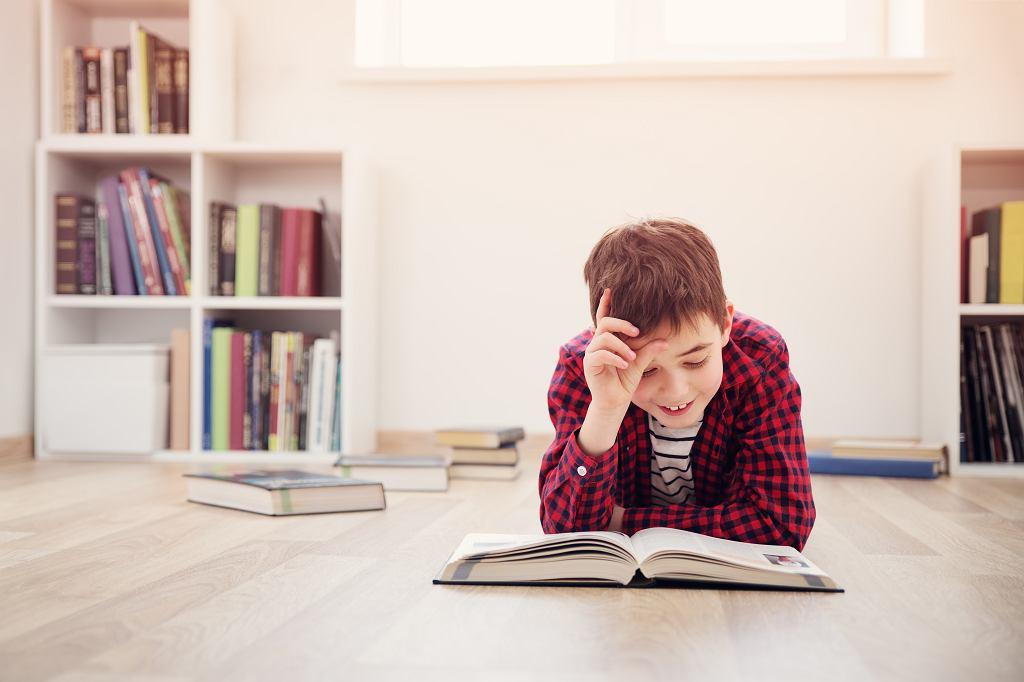 Książki dla 8-latka to często fantastyczne, wciągające historie. Zdjęcie ilustracyjne