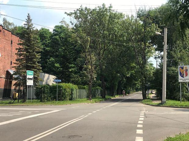 Ul. Piaskowa w Nowej Rudzie. Domy stojące po jednej stronie znajdują się w tzw. czerwonej strefie, a budynki z naprzeciwka to Zabrze i łagodniejsze obostrzenia