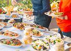 Pyszności na imprezę, czyli sprawdzone przepisy na sałatki. Nie każdy wie, jak prosto się je robi