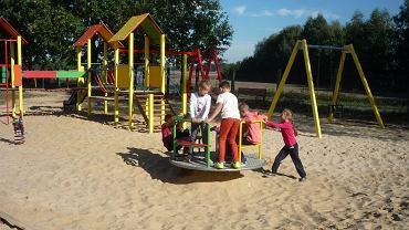 W Głuszynie gm. Kraszewice wspólnota zafundowała sobie plac zabaw dla dzieci (2014)