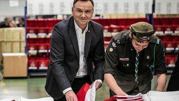 5 listopada 2018 r., placówka Poczty Polskiej w Warszawie. Prezydent Andrzej Duda wysyła flagi Polski z okazji 100. rocznicy odzyskania niepodległości przez państwo, która przypada 11 listopada 2018 r.