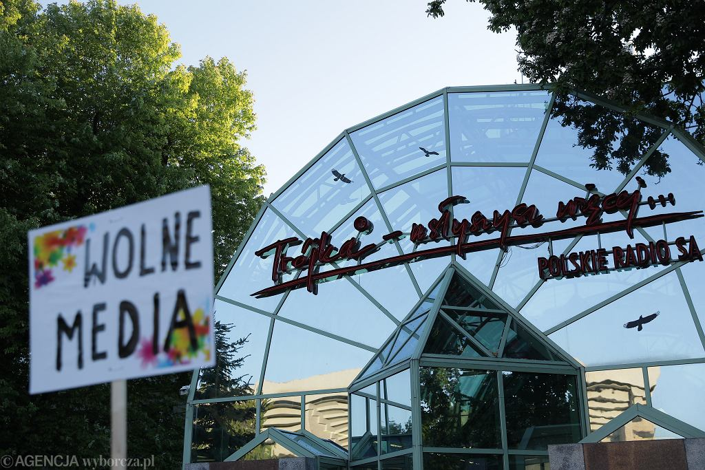 Trójka ma zmienić nazwę, zostanie połączona z Agencją Muzyczną Polskiego Radia. Zmieniono jej naczelnego. Na zdjęciu: pikieta pod siedzibą Trójki, ul. Myśliwiecka 3/5/7, 22 maja 2020 r.