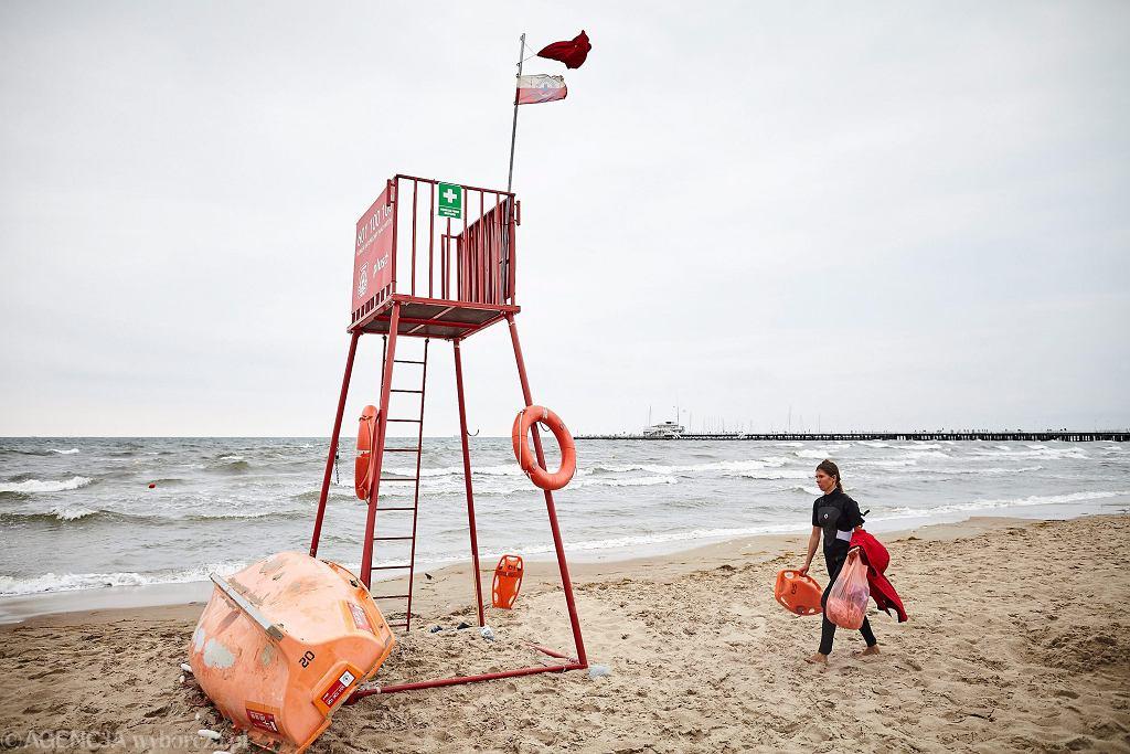 Czerwona flaga na bałtyckiej plaży (zdjęcie ilustracyjne)
