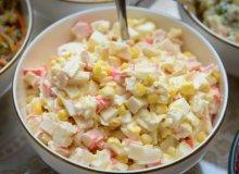 Sałatka majonezowa z surimi i kukurydzą - ugotuj