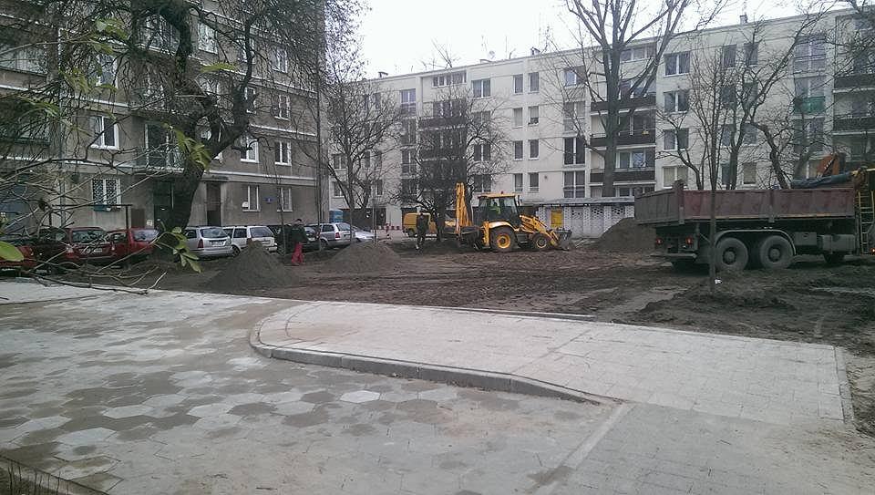 Jeden z najczęściej uczęszczanych chodników przy ul. Namysłowskiej zamienia się w parking. Inwestycja powstaje wbrew ustaleniom planu miejscowego i wbrew zasadom ochrony zabytkowego osiedla.