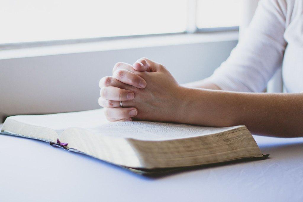 Karolina bezskutecznie szukała wsparcia wśród kapłanów i wspólnoty religijnej. Spokój przynosiła jej modlitwa i codzienna msza święta (fot. Pixabay.com / zdjęcie ilustracyjne)