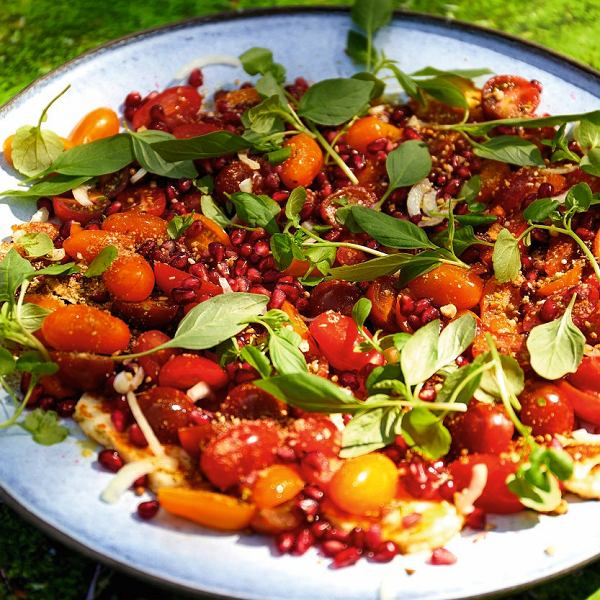 Dojrzałe pomidory są pyszne, pachnące i soczyste. Wyśmienicie nadają się na lekką sałatkę, idealną na upalne dni.