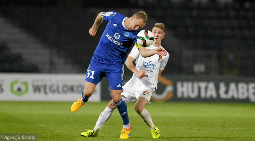 Rafał Grodzicki (na niebiesko) w meczu Ruch Chorzów - Pogoń Szczecin 0:2.