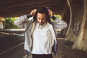 Męskie bluzy idealne na niepewną pogodę. Stylowe modele w przystępnych cenach