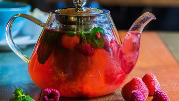 Jakie właściwości i działanie ma herbata z liści malin? Czy mogą ją pić kobiety w ciąży?