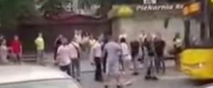 Katowice: potrącenie 19-latki przez autobus. Po sieci krąży nagranie. Zaczęło się od bójki