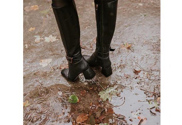 Jeśli przychodzimy w kozakach, warto wziąć ze sobą eleganckie buty na zmianę