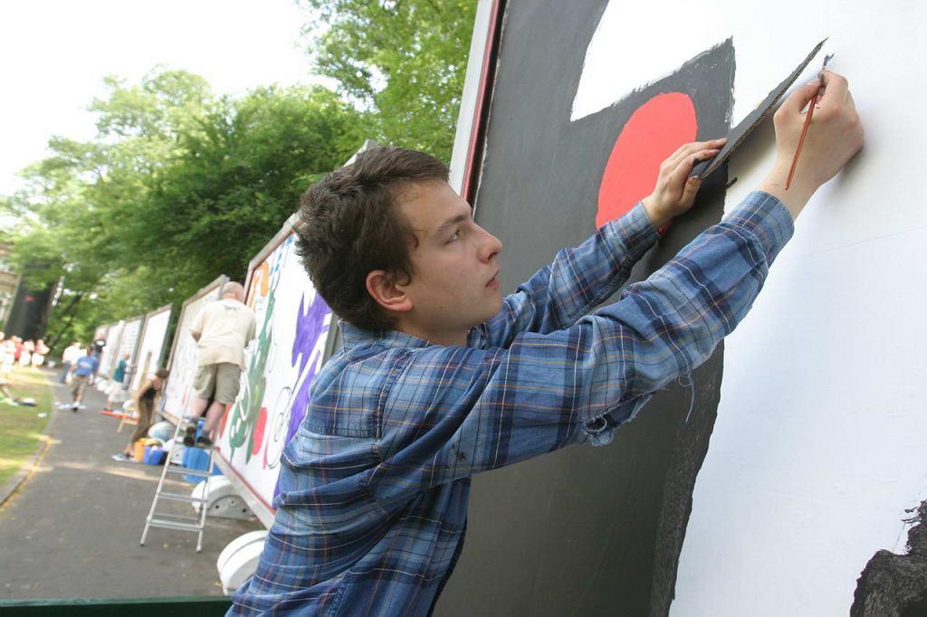 Łukasz Luka Rayski maluje billboard podczas pikniku zorganizowanego 16 czerwca 2007 w Królikarni, gdzie Galeria Plakatu AMS miała wystawę i gdzie zaroszeni artyści malowali autorskie projekty na billboardach.