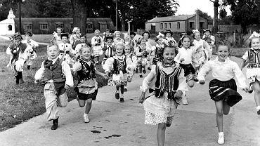 Dzieci polskich imigrantów w strojach ludowych w Fairford Hostel  w Gloucestershire. Polski rząd starał się zwabić imigrantów, ale niewielu chciało wrócić. 22 października 1955 r
