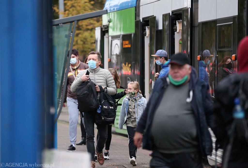 Akcja 'Maseczki do kontroli' na przejściu dla pieszych koło Galerii Kaskada. Maseczki na brodzie miało w sumie osiem osób