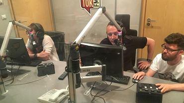 Pan Paweł spełnił swoje marzenie i na jeden dzień został radiowcem. Na zdjęciu w studiu radia TOK FM. To on wygrał licytację w 2016 roku