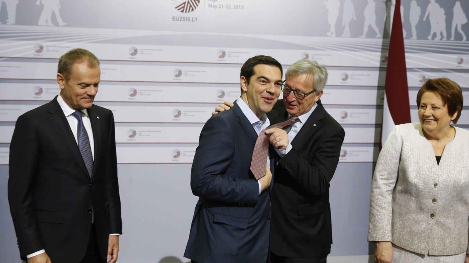 Przewodniczący Komisji Europejskiej Jean - Claude Juncker przymierza swój krawat greckiemu premierowi Aleksisowi Tsiprasowi