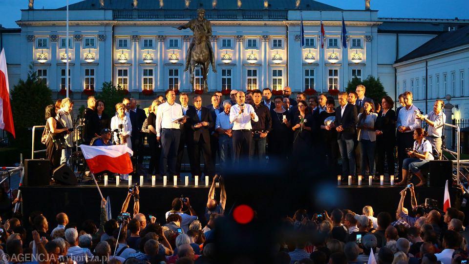 'Chcemy weta' - manifestacja pod Pałacem Prezydenckim. Na podwyższeniu politycy opozycji. Warszawa 20 lipca 2017