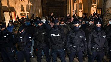 27.10.2020 Wrocław, Ostrów Tumski. Katedra świętego Jana Chrzciciela. Grupa przeciwników Strajku Kobiet oddzielona kordonem policji