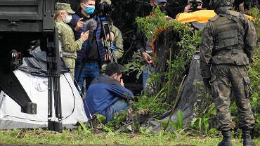Straż graniczna, ludzie w wojskowych mundurach (pozbawionych oznaczeń identyfikujących formację) i policja od kilkunastu dni przetrzymują pod gołym niebem grupę migrantów. Nie przyjmują od nich wniosków o azyl, nie dopuszczają do nich pomocy, ich pełnomocników i dziennikarzy. Białorusini ni pozwalają im się cofnąć. Usnarz Górny, 28 sierpnia 2021