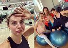 """""""Przyjaciółki"""" pokazały zdjęcie z siłowni. Dziewczyny ćwiczyły na specjalnych piłkach. Czy totylko kolejny kadr z planu zdjęciowego?"""