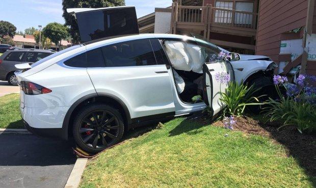 Wypadek Tesli Model X