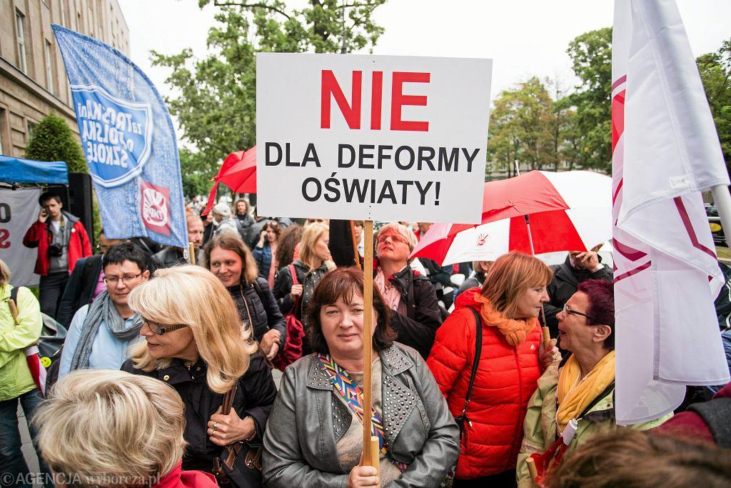 Pierwszy dzień szkoły w 2017 roku. Protest ZNP w Warszawie