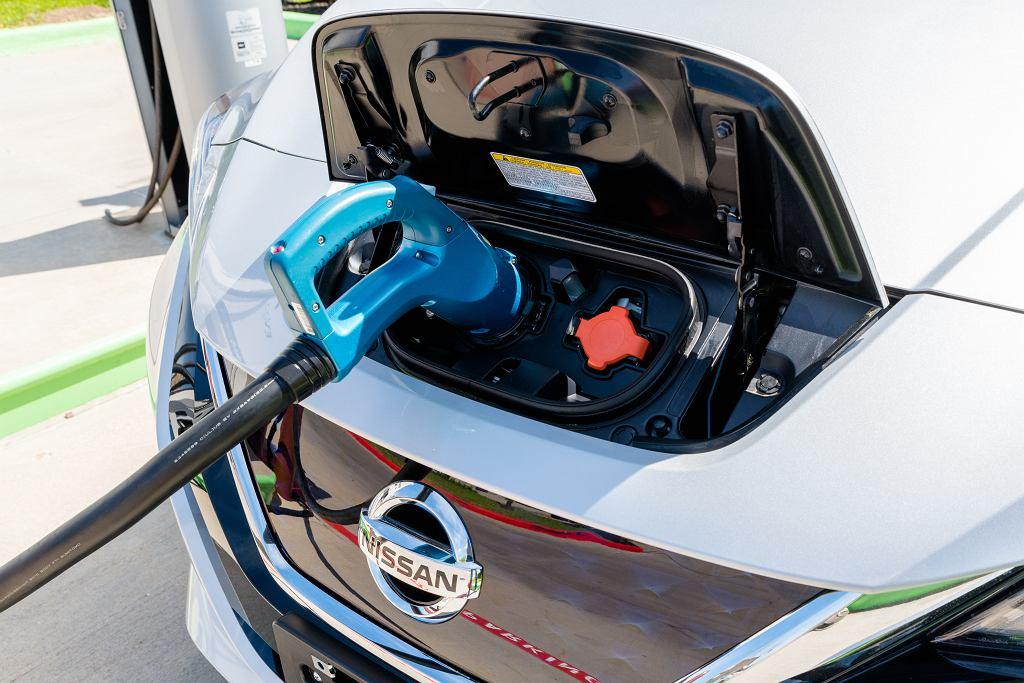 Japońskie Nissan Leaf i Mitsubishi Outlander to najpopularniejsze na polskich drogach modele aut w kategoriach pojazdów czysto na prąd i aut hybrydowych na wtyczkę