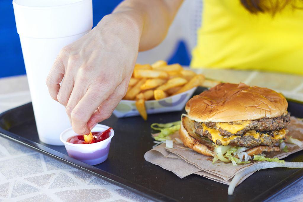 Przez siedem dni jadła tylko fast foody. Jak to wpłynęło na jej wygląd?