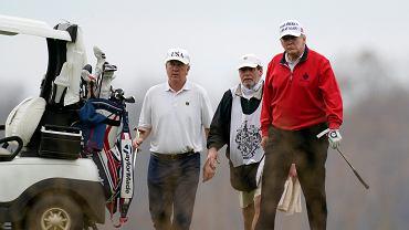 Donald Trump gra w golfa, zdjęcie z 21 listopada 2020 r.
