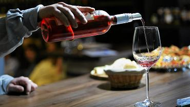 Z roku na rok Francuzi piją  coraz mniej wina. Eksperci biją na alarm. Według raportu Vinexpo, instytucji, która wspiera produkcję i eksport francuskich win, w ostatnich pięciu latach konsumpcja wina we Francji zmalała o 18 proc.