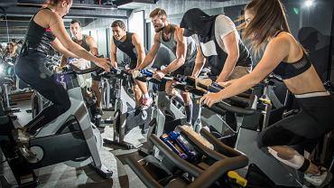 Trening cardio, zwany również treningiem wytrzymałościowym lub tlenowym, polega na wykonywaniu umiarkowanych ćwiczeń