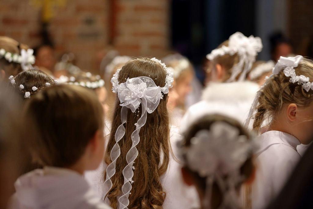 Fale, upięcia, warkocze czy koki - wybór fryzury komunijnej dla dziewczynki uzależniony jest przede wszystkim od długości i rodzaju włosów