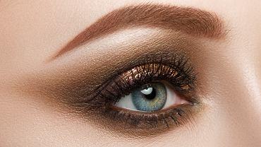 Świąteczny makijaż w złocie dla znudzonych czerwonymi ustami