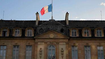 Pałac Elizejski. Flagi opuszczone do połowy masztu na znak żałoby