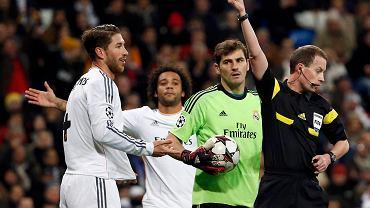 Nie upłynęło pół godziny meczu a Sergio Ramos już osłabiał Królewskich. Iker Casillas i sędzia swoimi minami dają znać, co o tym sądzą. Real i tak pokonał Galatasaray. Hiszpanie mają awans w kieszeni, ale w ostatniej kolejce walczyć o niego będą Turcy, Juventus oraz FC Kopenhaga!