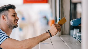 Karta, gotówka, co innego? Jak płacić na wakacjach za granicą, żeby nie stracić?