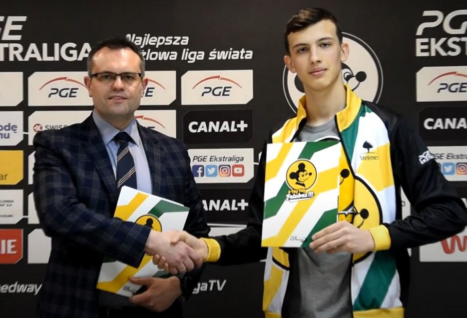 Prezes żużlowego Falubazu Zielona Góra Wojciech Domagała wita w klubie Kacpra Grzelaka, wychowanka Startu Gniezno