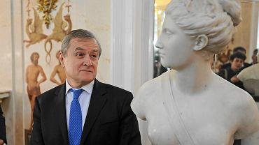 Wicepremier Piotr Gliński podczas przekazania Łazienkom Królewskim zaginionej w czasie II wojny rzeźby Diany Jeana-Antoine'a Houdona, grudzień 2015 r.