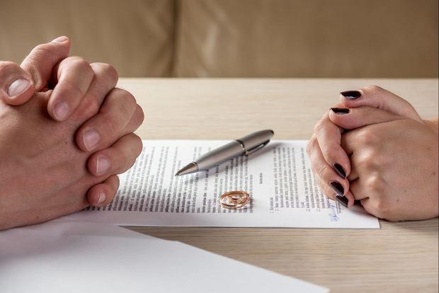 Dr Robert Kowalczyk mówi, że pary walczą zwykle do chwili pojawienia się pozwu. Potem trzeba się zająć natłokiem własnych emocji / Fot. Shutterstock.com