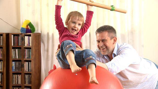 Ważne, by dom stwarzał dziecku okazję do szaleństw ruchowych. Niewiele potrzeba - przekonuje Paweł Zawitkowski (na zdjęciu z prawej)