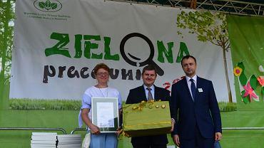 Tomasz Bednarek, prezes WFOŚiGW w Katowicach (z prawej), wręczał nagrody zwycięzcom