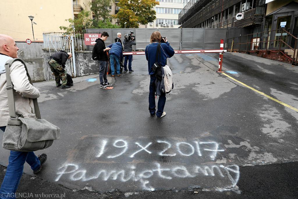 Napis 'Pamiętamy' i data samospalenia Piotr S. pod siedzibą PiS na Nowogrodzkiej